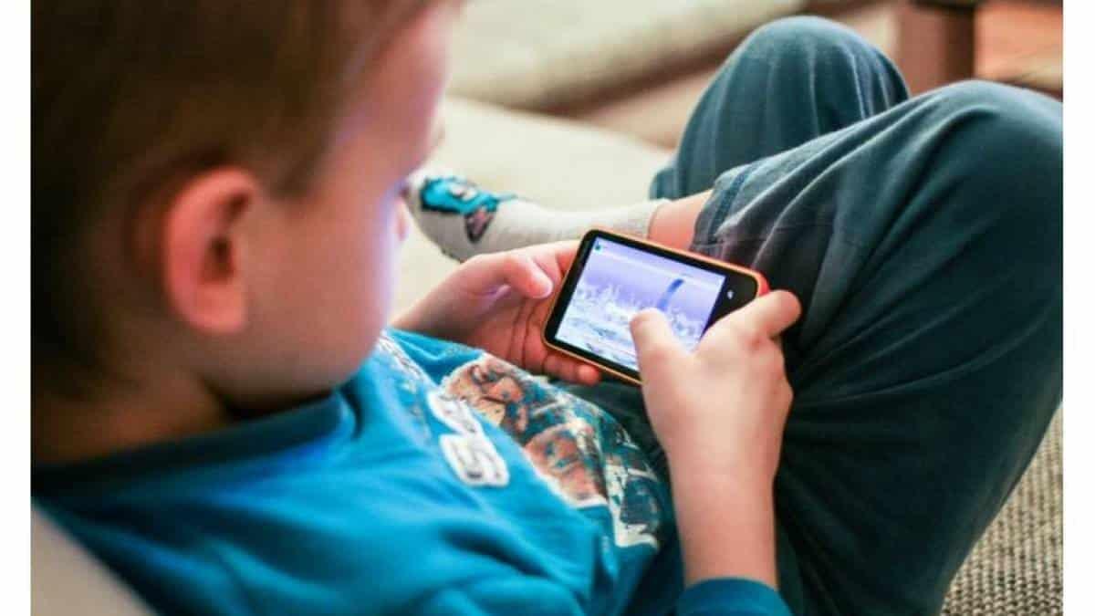Resultado de imagem para crianças com celular