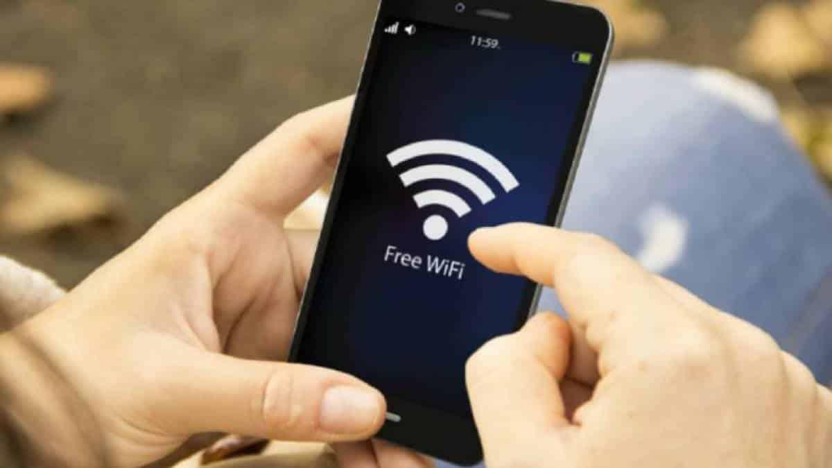 Resultado de imagem para pessoas com celular wifi