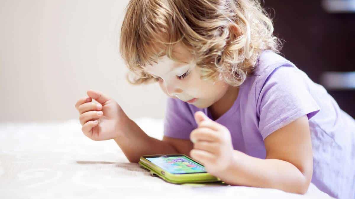 Acesso a tablets e celulares está transformando o cérebro das crianças