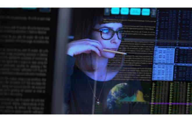 Profissional olha tela cheia de dados. Imagem: Reprodução