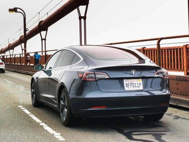 Câmera do Tesla Model 3 salva motorista de processo