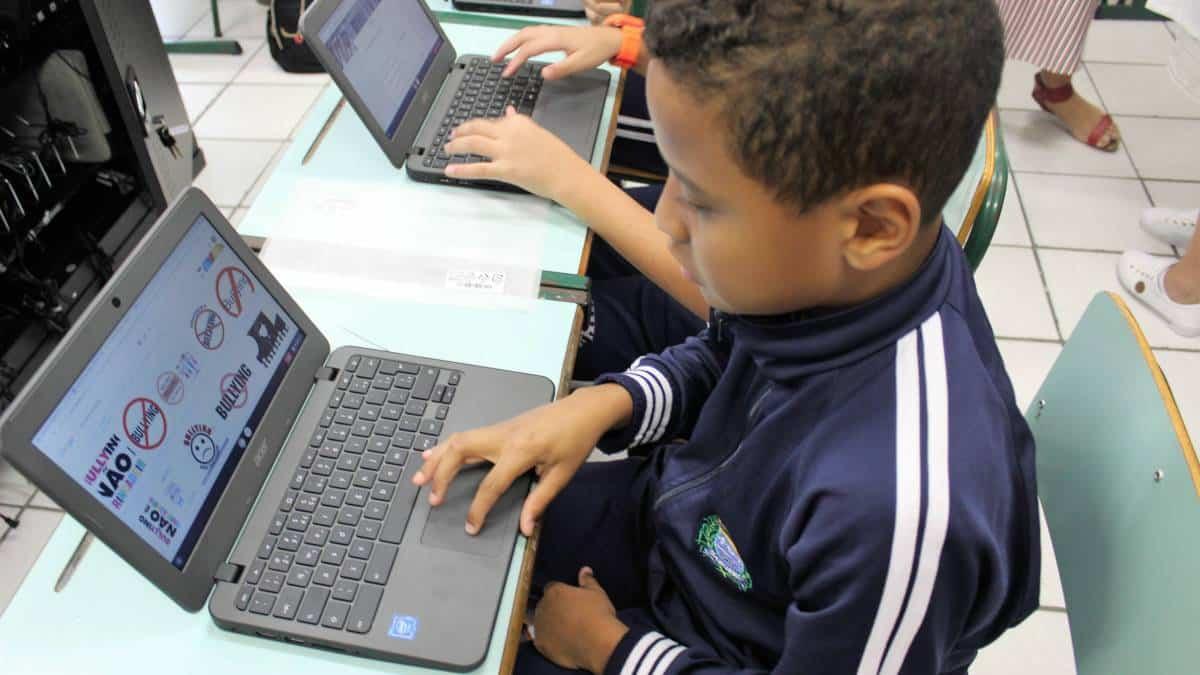 Criança usa chromebook