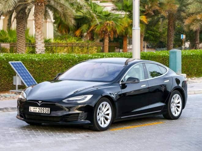 Model S, da Tesla, é o sedã de quatro portas mais rápido do mundo