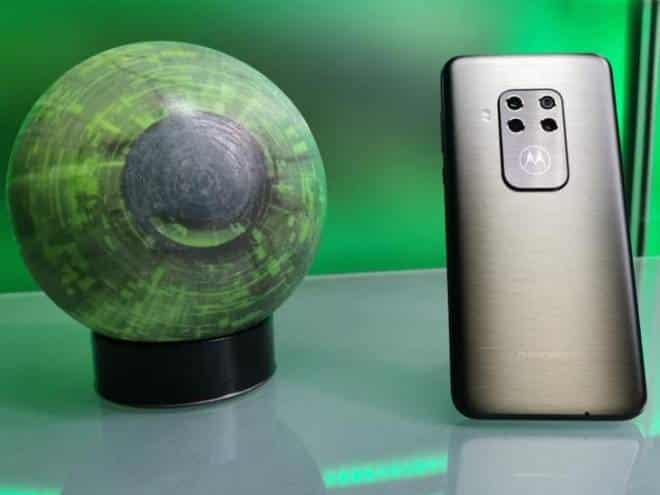 Review: Motorola One Zoom traz leitor de impressões digitais na tela