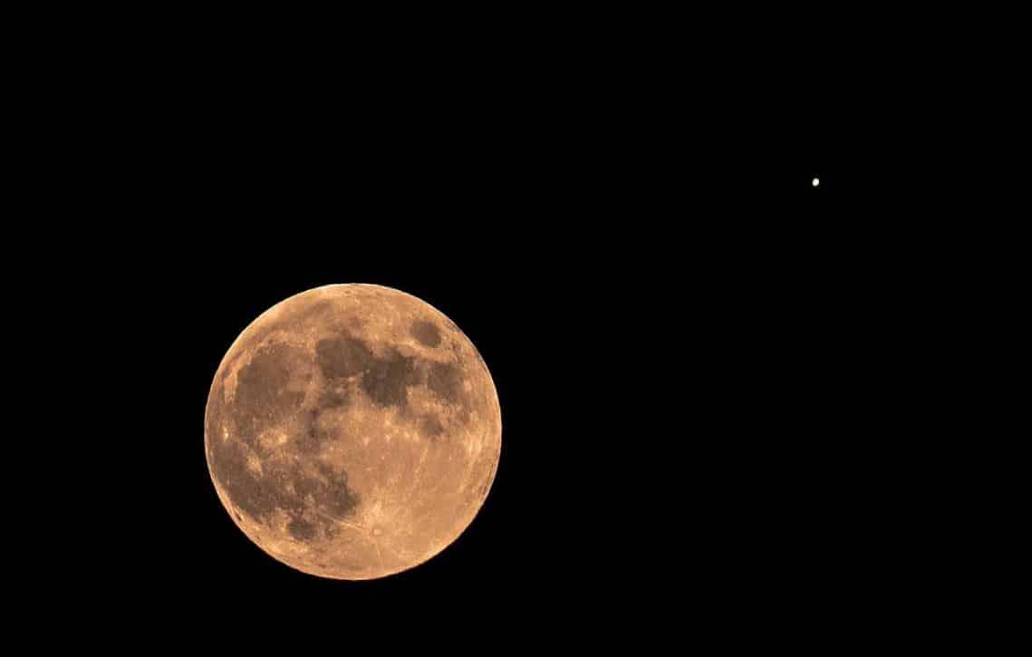 Lua passará em frente a Saturno nesta quinta-feira