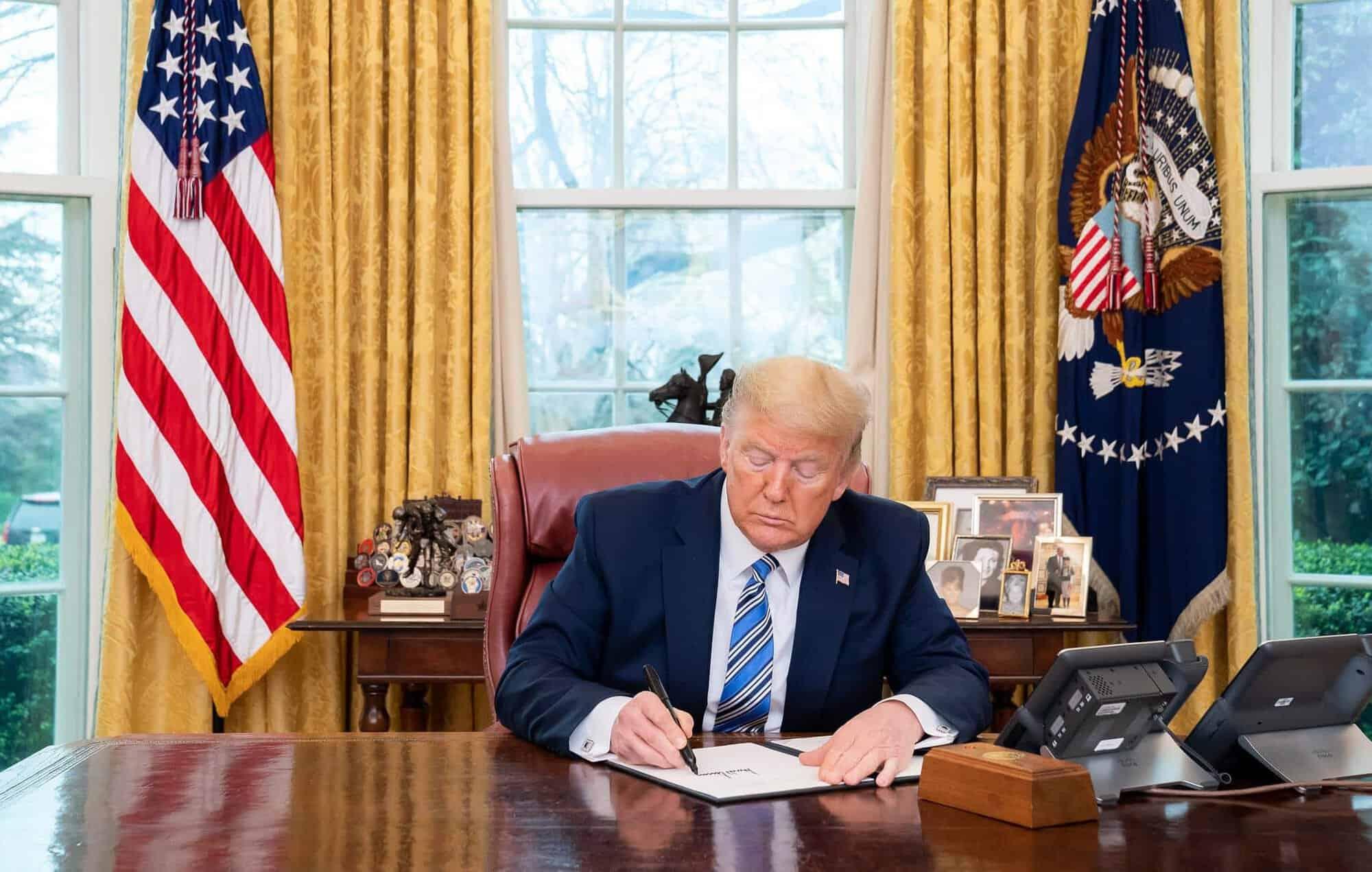 Trump invoca lei que obriga GM a fabricar ventiladores mecânicos
