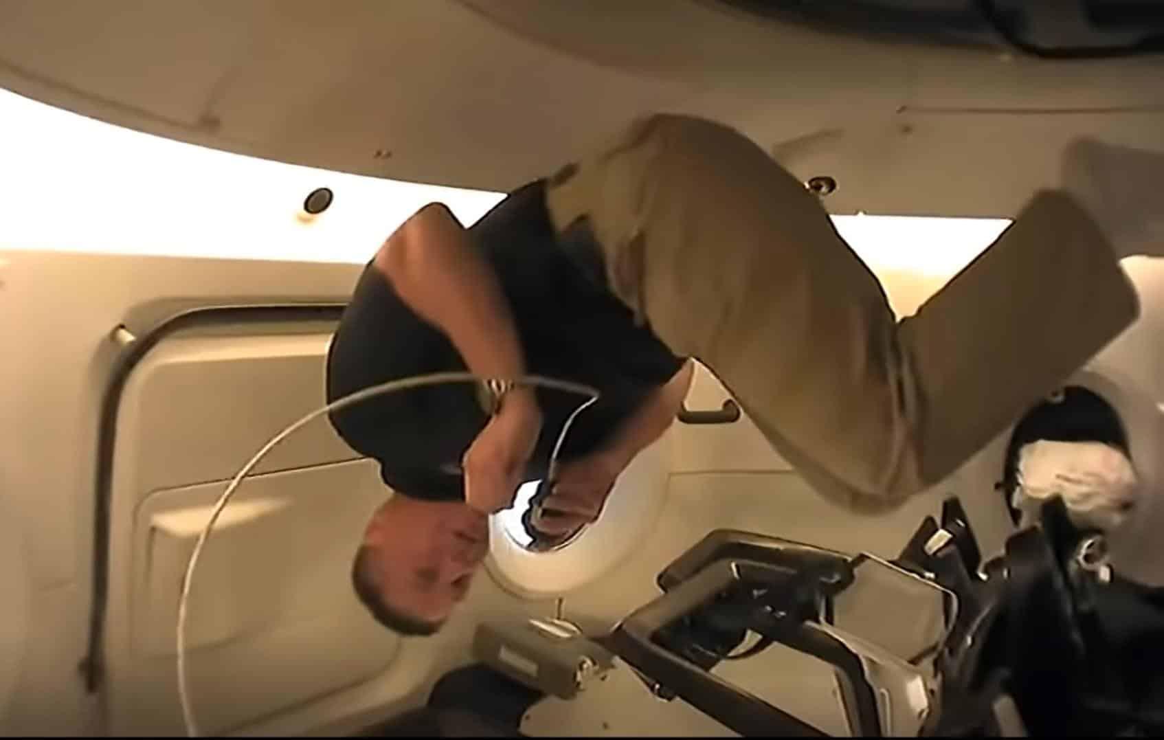 Astronautas da Nasa fazem tour pela cápsula da SpaceX; assista