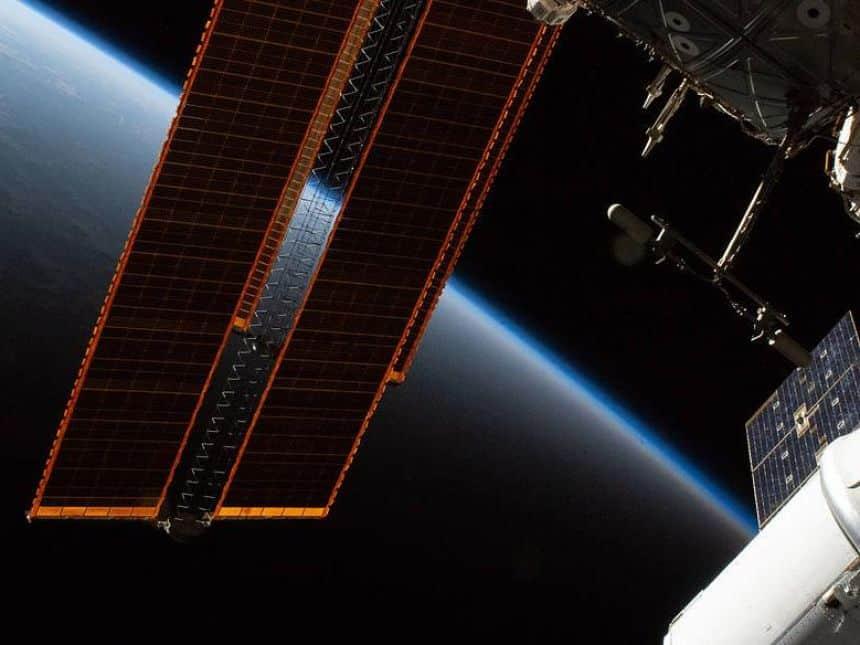 20200616023844_860_645_-_estacao_espacial_internacional Pedaço da roupa espacial de um astronauta se solta durante caminhada