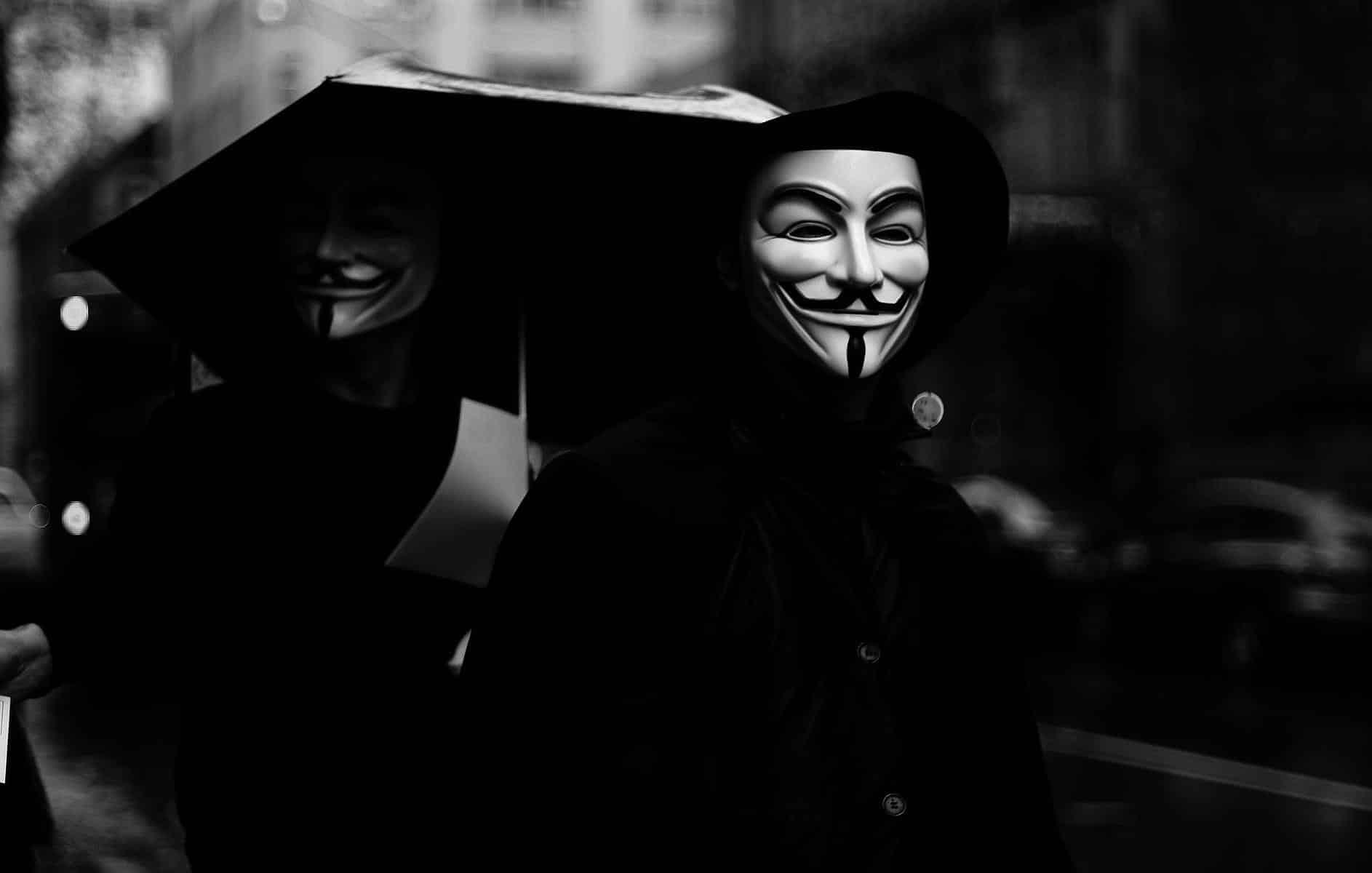 Hackers supostamente ligados ao Anonymous vazam dados de Paulo Guedes, Mourão e bolsonaristas