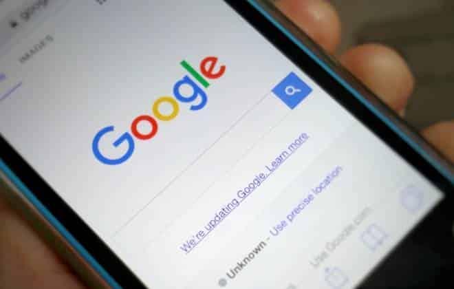 Tela de celular com o site do Google aberto