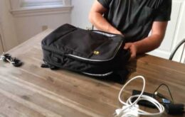 La mochila inteligente viene con cable USB y cargador.