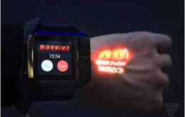 Smart watch with projector displays information on user's skin