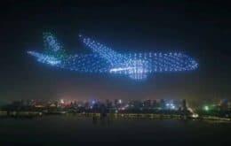 Vídeo mostra 800 drones formando um avião no céu da China