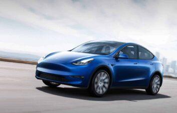Tesla autônomo dá a preferência a um pedestre num cruzamento; veja
