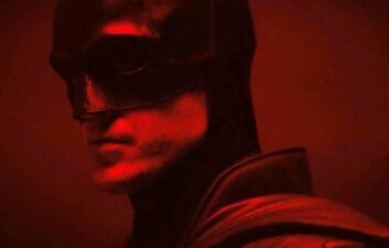 Robert Pattinson aparece em uniforme do Batman