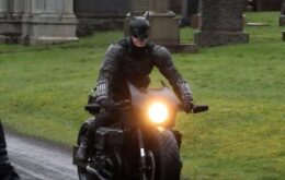 Fotos de bastidores revelam uniforme do Batman em novo filme
