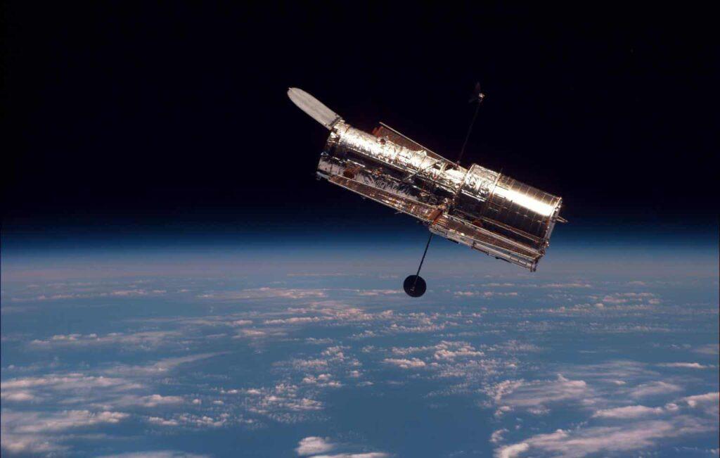 Telescópio Espacial Hubble em órbita da Terra