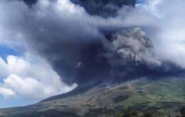 Vulcão entra em erupção na Indonésia e gera nuvem de cinzas de 5 km