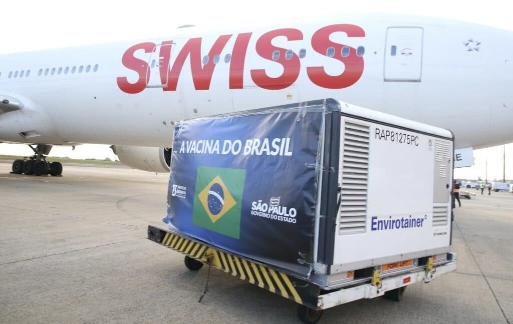 Lote de vacinas chega ao Brasil