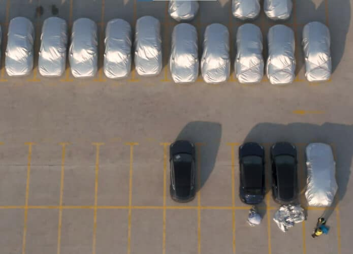 Carros Tesla Model Y estacionados na fábrica da empresa em Xangai, na China