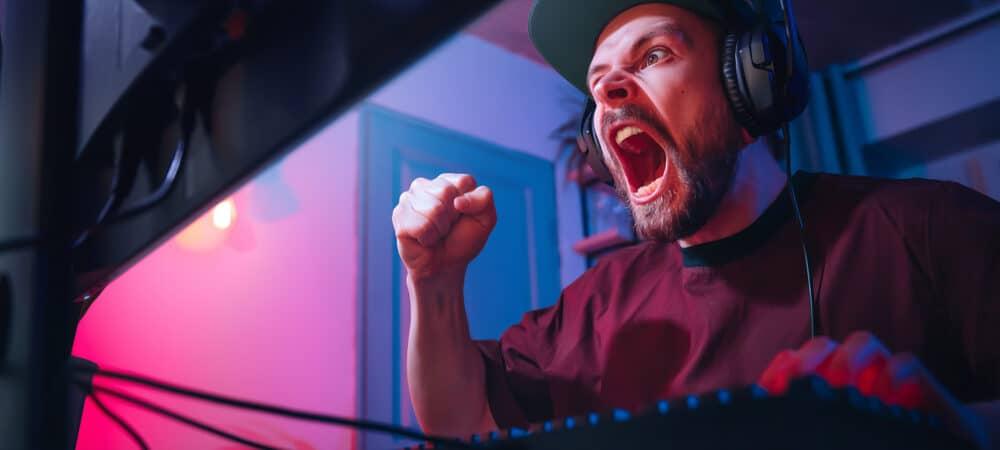 Homem demonstrando emoções durante jogo de computador