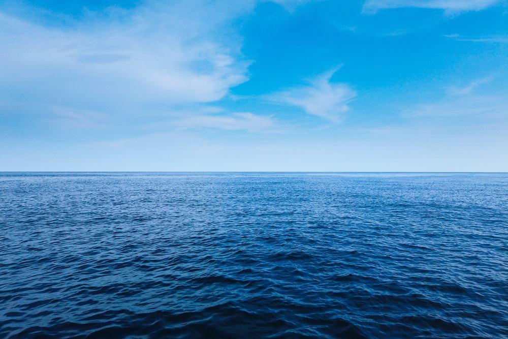 Oceano e céu azul