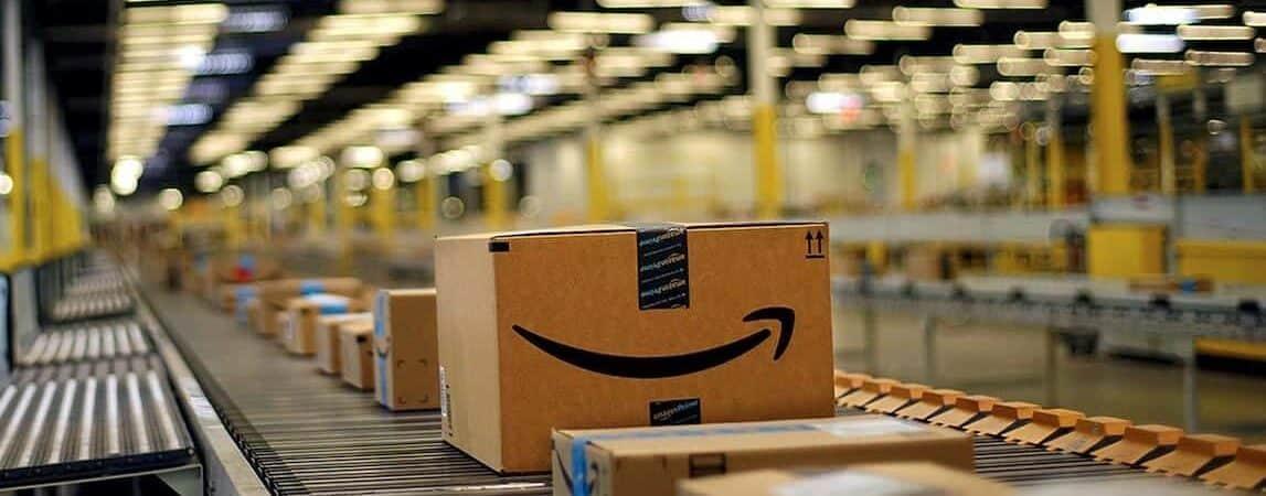 Pacotes em centro de distribuição da Amazon