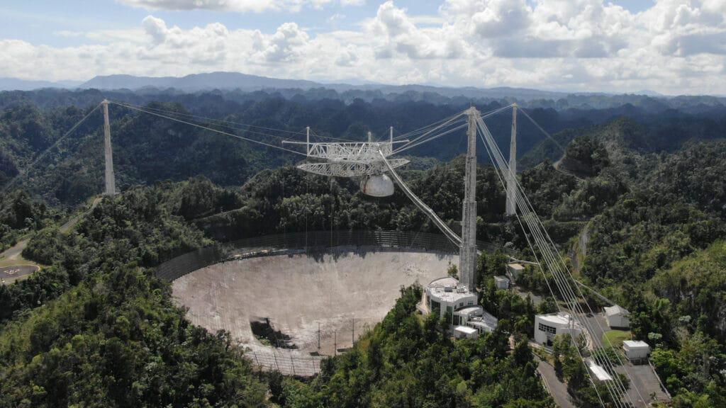 Imagem mostra o antigo radiotelescópio que desabou em 2020. Projeto para novo telescópio em Arecibo já está em fase conceitual, aguardando propostas de investimento