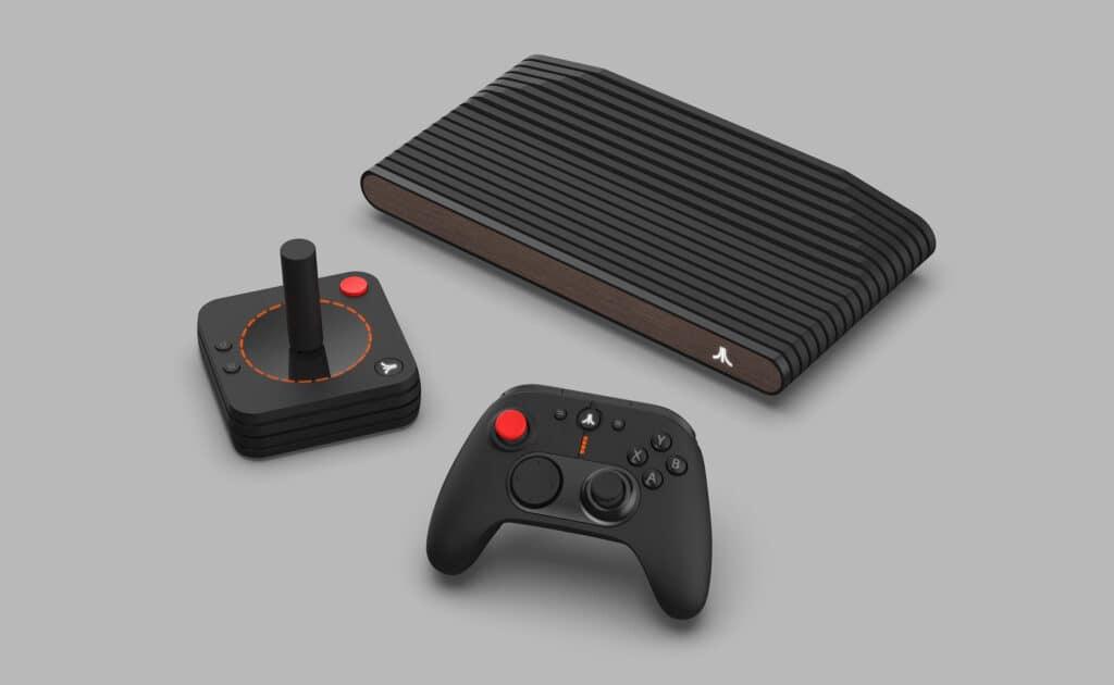 Console Atari VCS ao lado de seu joystick retrô e do controle moderno
