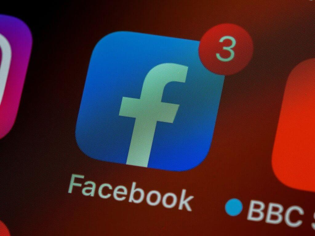 ícone do botão do facebook no display de um celular