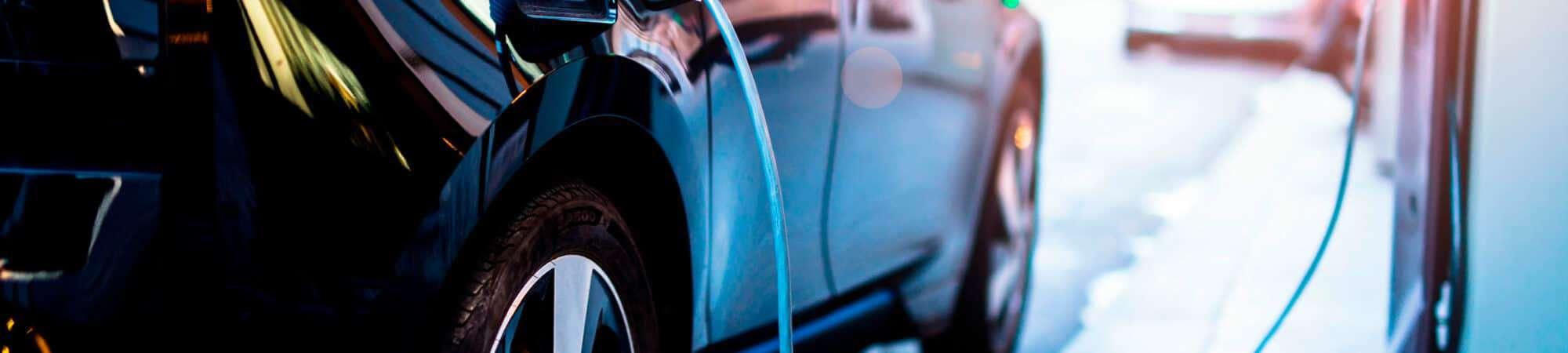 Carro elétrico sendo abastecido