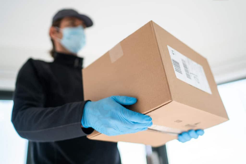 Entregador com um pacote em mãos