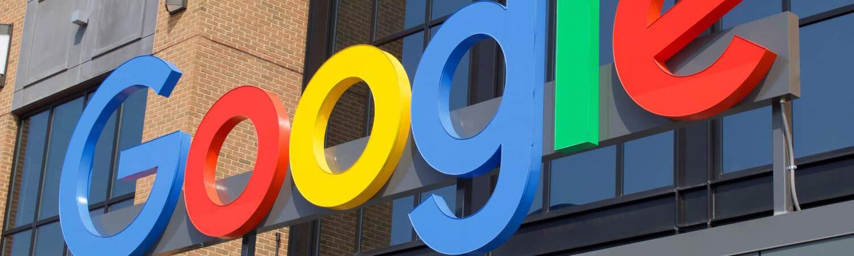 Letreiro colorido do Google em fachada de um imóvel