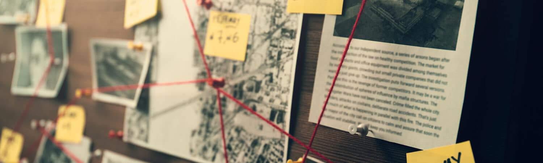 Painel de investigação com fotos e matérias jornalísiticas, ligadas por linhas vermelhas