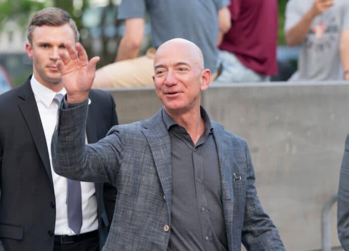 El CEO de Amazon, Jeff Bezos, saluda en la inauguración del Museo de la Estatua de la Libertad