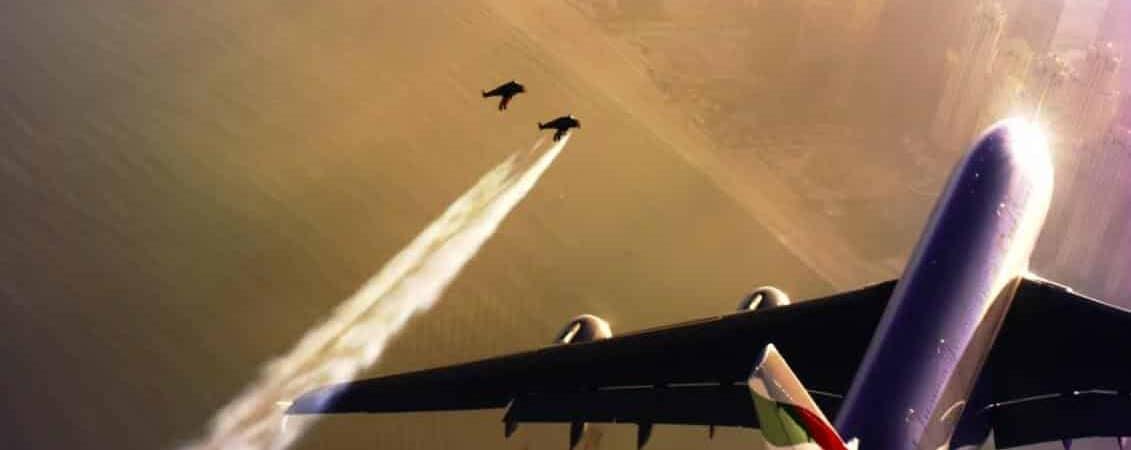 Jetpacks voando perto de um avião