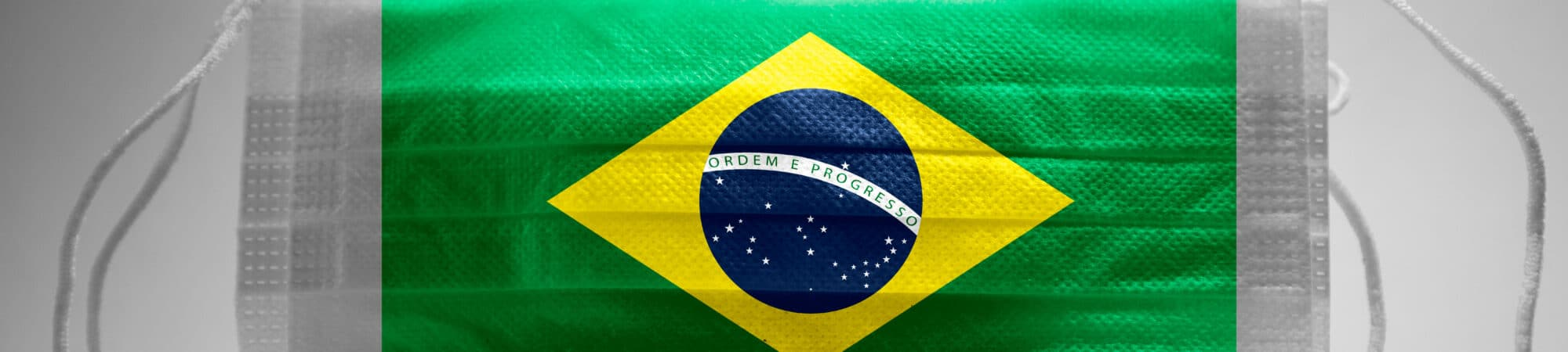 Máscara cirúrgica com bandeira brasileira