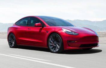 Mujer intenta detener el Tesla Model 3 que se dirigía hacia su dueño; comprender