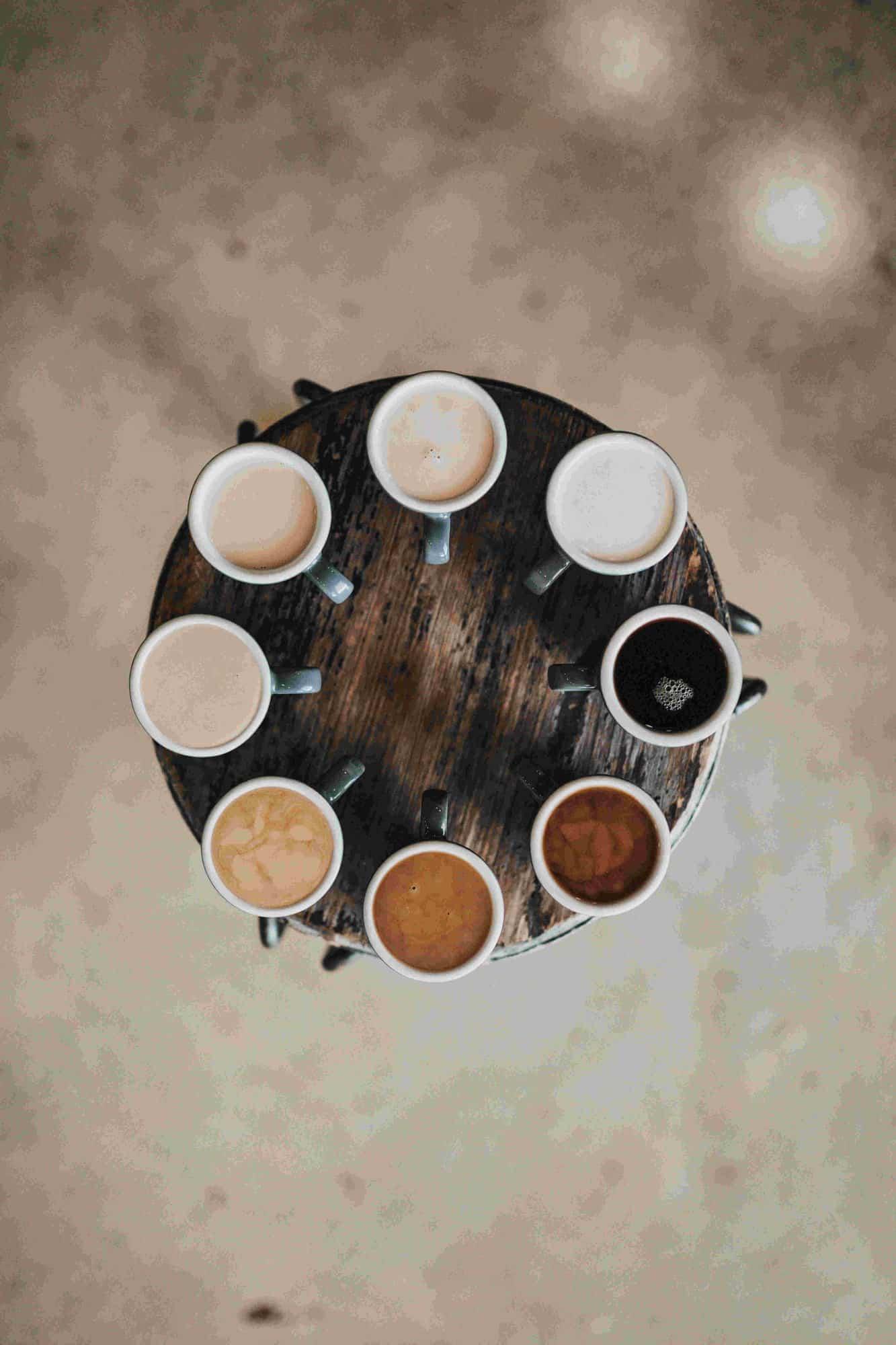 várias xícaras de café com diferentes tipos de bebida