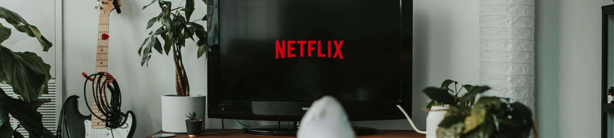 Pessoa assistindo Netflix
