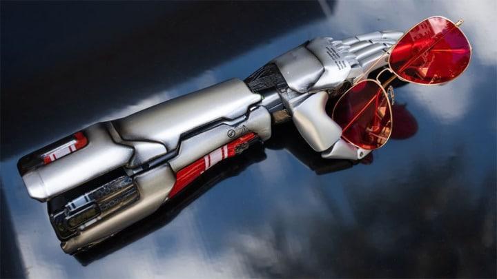 Prótese de braço inspirada no visual do personagem Johnny Silverhand, do jogo Cyberpunk 2077
