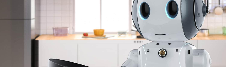 Robô antropomorfizado segura uma frigideira em uma cozinha