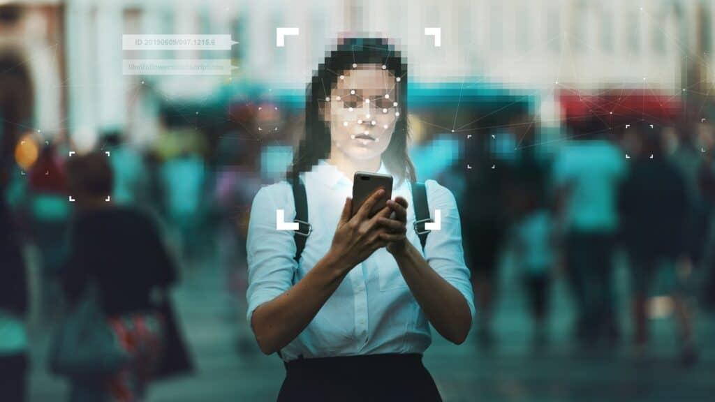 mulher com celular reconhecimento facial