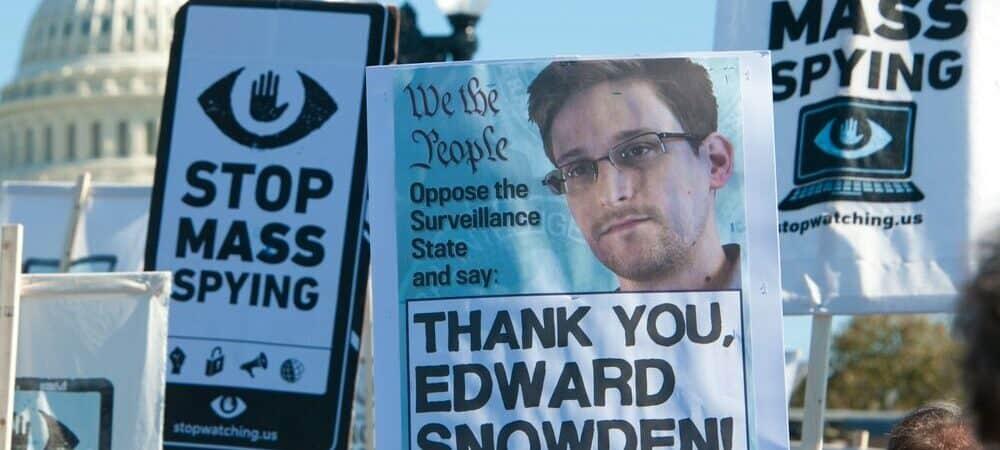 "Cartazes com dizeres ""Thank you, Edward Snowden"""
