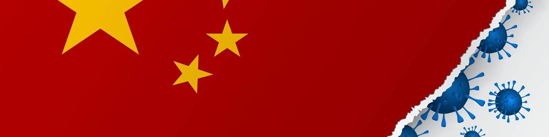 Bandeira da China rasgada na ponta, com representações do coronavírus ao fundo