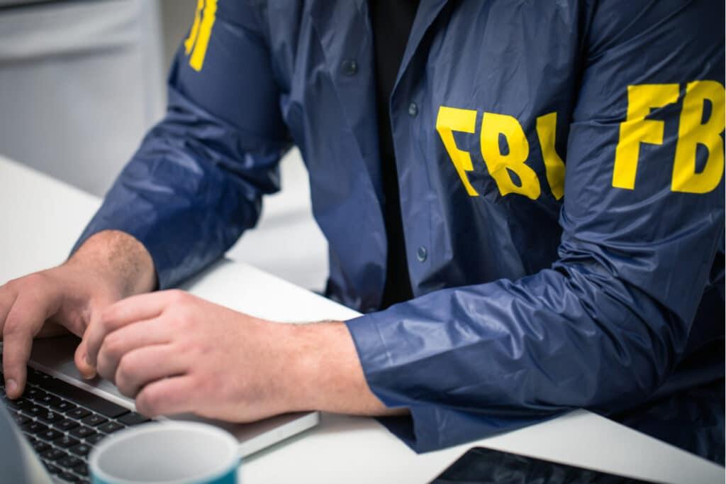 Agente do FBI mexendo em um computador