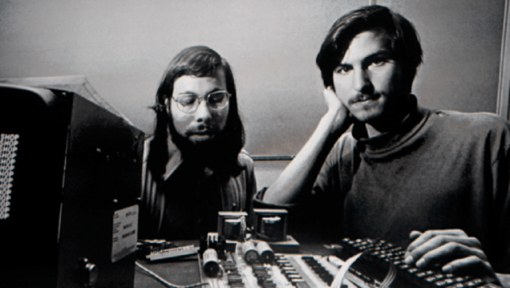 Steve Wozniak e Steve Jobs à frente de um Apple-1