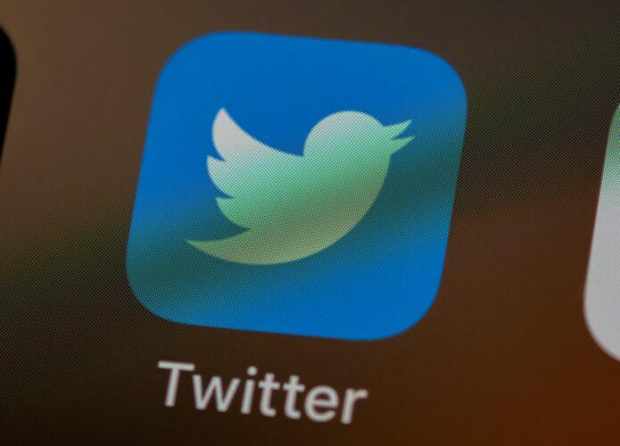 Ícone do aplicativo Twitter exibido na tela de um smartphone