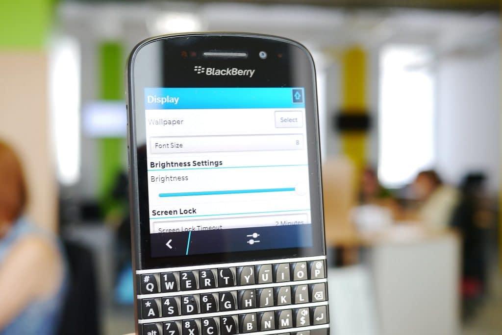 Celular Blackberry com teclado físico.