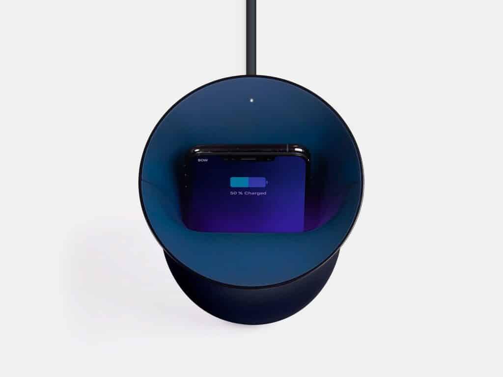 Lexon Oblio combina design com habilidades de carregamento e sterilização de celulares
